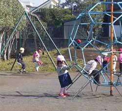 保育園のお友達と遊び中